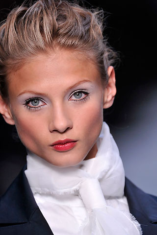 Белый макияж от Karla Lagerfelda.