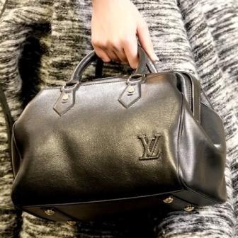В коллекции представлены сумки различных фасонов, которые сшиты из...