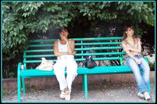 девушка курит и плюет