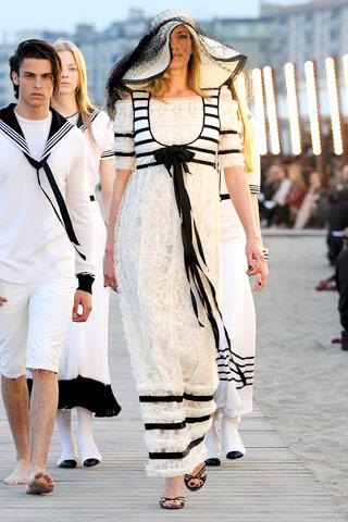 ...на показе круизной коллекции Chanel Cruise Collection 2010 в Венеции.