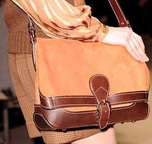 плоскую женская сумочка с защелкивающимся замком и короткой ручкой.