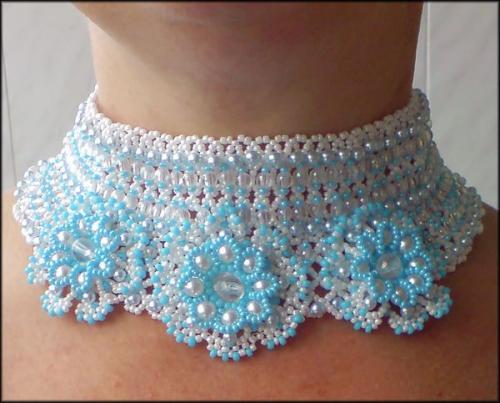 ...поможет изменить ситуацию лента или ожерелье в виде широкого ошейника, закрепленного в нижней части шеи.